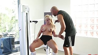 Fit MILF Holly Heart craves for a spacious black dick after working out